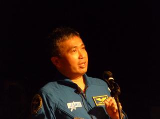 報告する若田宇宙飛行士1